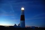 leuchtturm bei nacht in aktion