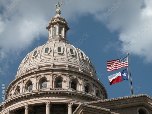 In de dag Texas texas capitol with flags