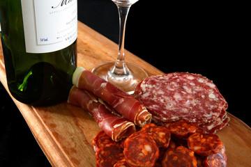 charcuterie sur planche avec un bon verre de vin