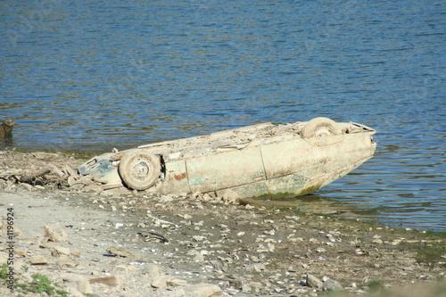 epave de voiture dans l'eau