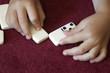enfant qui joue aux dominos