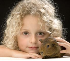 la jeune fille et le cochon d'inde