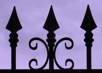 portail ouvragé et ciel