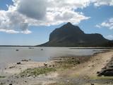 ilot montagneux et lagon marée basse poster