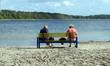 ältere damen auf einer bank
