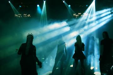 silhouetten von tanzenden teenagers