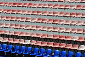 gradinata vuota con fila blu