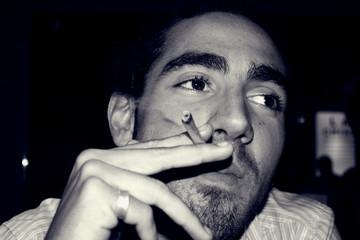 jeune fumeur insouciant