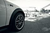 voiture sportive devant un circuit poster