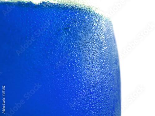 poster of liquide bleu dans un récipient en verre