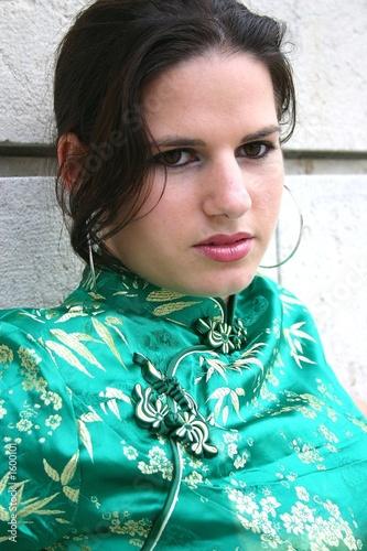 jeune femme en robe chinoise