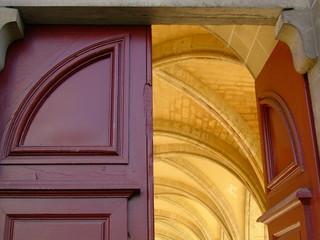 entrée de cloître de l'abbaye de royaumont
