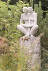 skulptur zweier frauen