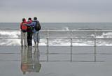 amigos en el paseo marítimo poster