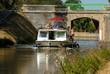 péniche naviguant sur un canal