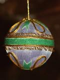 une boule décorative pour le sapin poster