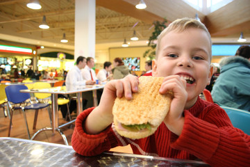 child eat burger