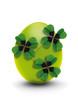 grünes ei mit klee-deko