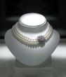 collier de perles et pierres précieuses
