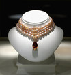 collier de perles et pierres rosées
