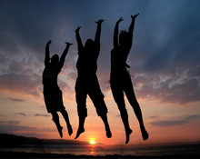 drei Menschen springen