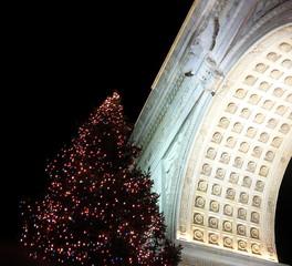 christmas tree, washington square park arch, ny