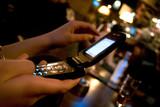 mains envoyant un message sms poster