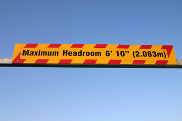 maximum headroom height restriction sign.