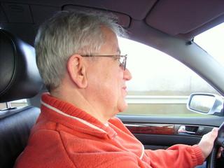 autofahrender senior