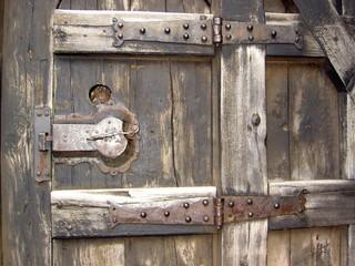 sérrurure de porte en bois