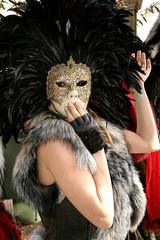 máscara y plumas