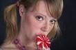 junges mädchen mit lollipop