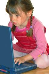 mädchen spielt am laptop