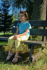 kind sitzt auf bank