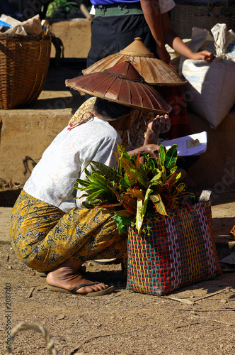myanmar: people at the market