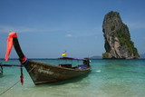 Fototapety bateau devant un énormé roché