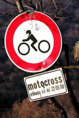 cartello stradale divieto motocross