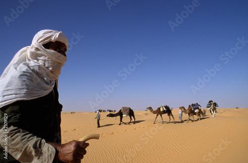 Keuken foto achterwand Tunesië chamelier et caravane dans le grand erg occidental