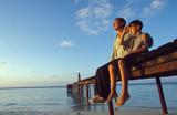 Fototapeta padre e figlio sul molo