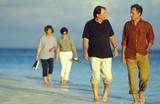 coppie passeggiano al mare poster