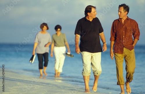 coppie passeggiano al mare