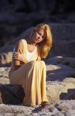 ragazza seduta in spiaggia