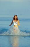 ragazza corre nel mare poster