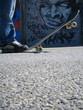 skateboarder devant graffiti - 2147591