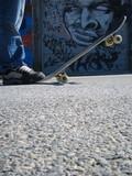 skateboarder devant graffiti