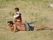 père et fils jouant aux aventuriers sur la plage