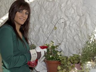 chica con plantas