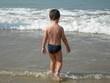 jeune garçon rentrant dans la mer