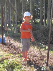 jeune garçon jardinant