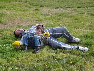 père et fils avec bouquet de pissenlit
